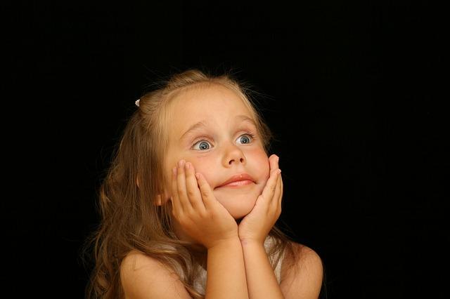 Дете гледа с интерес към Бойко Борисов